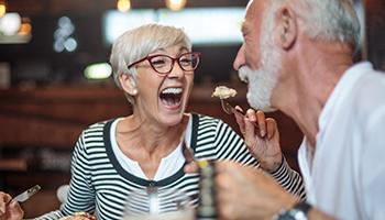 """Dank """"Feste Zähne an einem Tag"""" in Innsbruck beißen Sie auch mit Zahnersatz wieder sicher zu."""