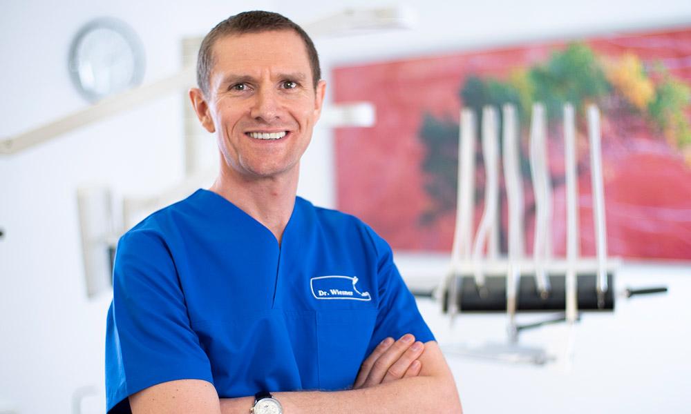 Dr. Dr. Wiesner ist Experte für Implantologie in Innsbruck.