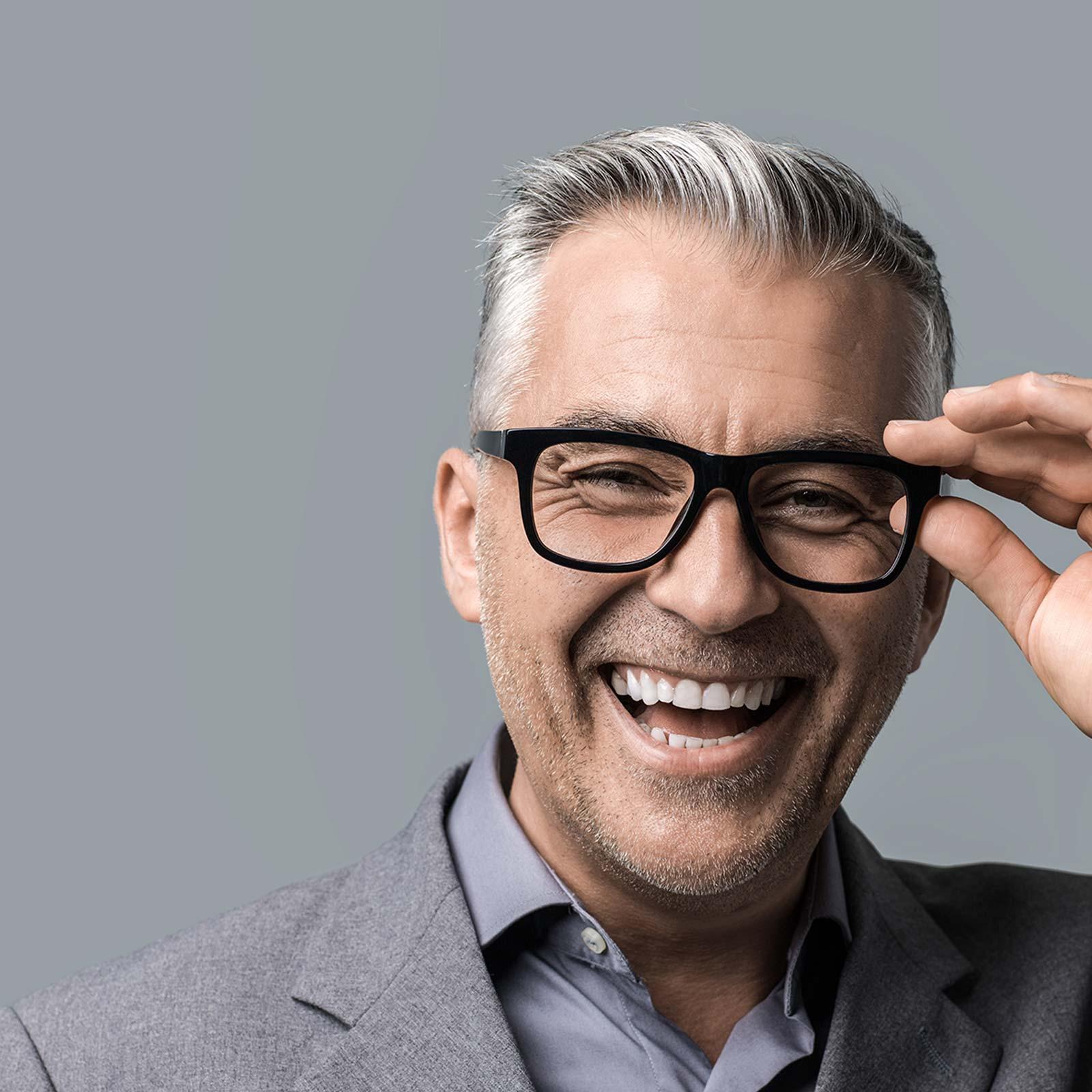 Dank Zahnimplantate aus Innsbruck freut sich dieser Mann über feste Zähne, mit denen er alles essen kann.