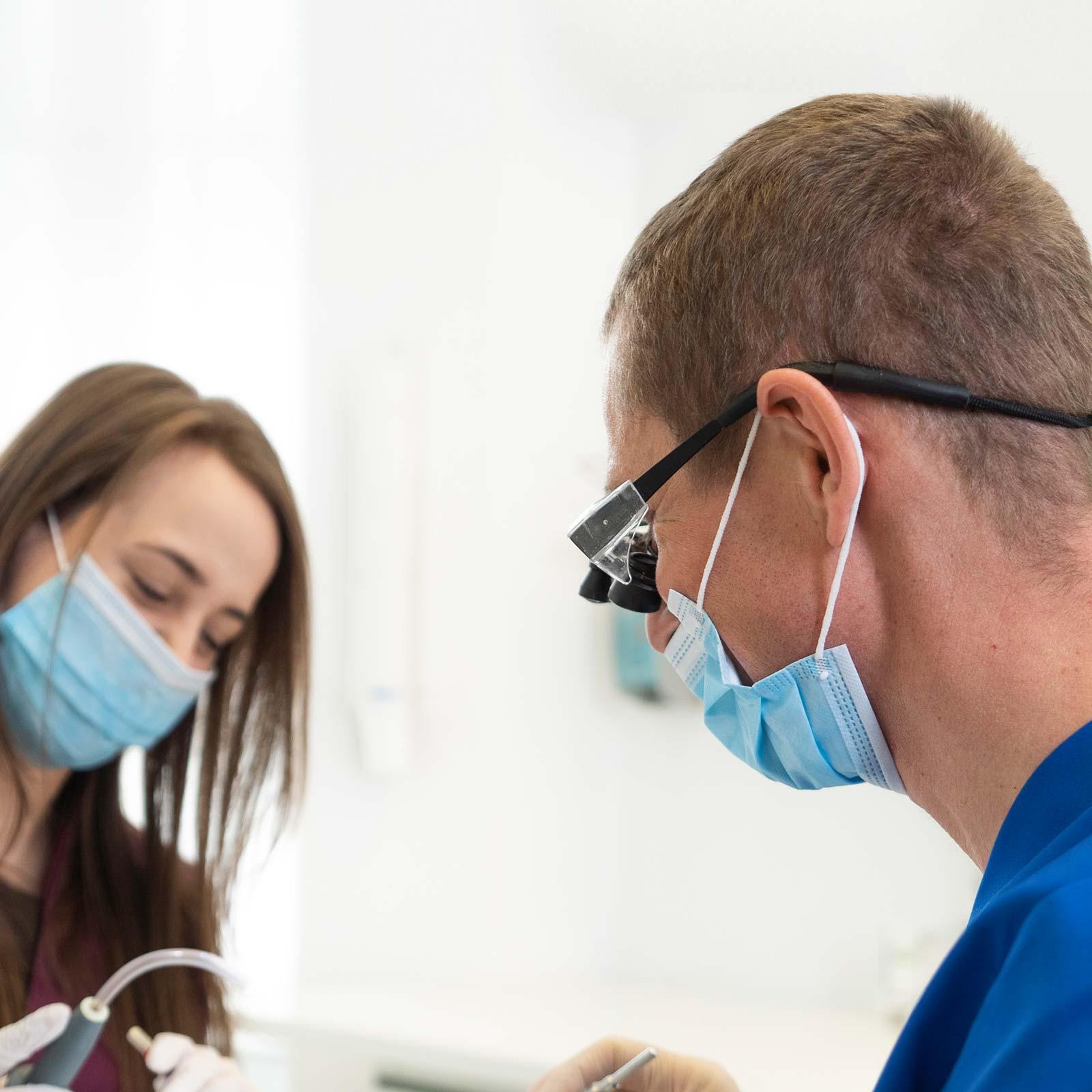 Dr. Dr. Günter Wiesner arbeitet bei der Microdentistry in Innsbruck mit einer speziellen Lupenbrille.
