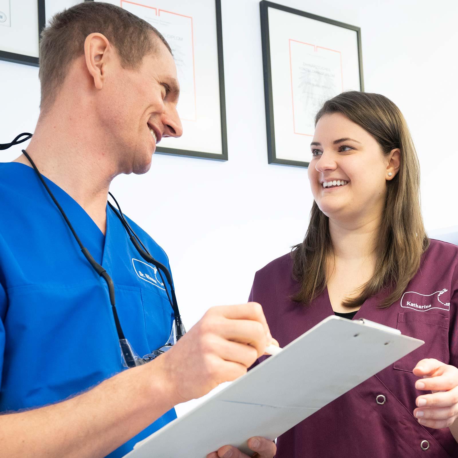 Als Mitarbeiterin in der Zahnarztpraxis in Innsbruck von Dr. Dr. Wiesner fühlen Sie sich wohl.