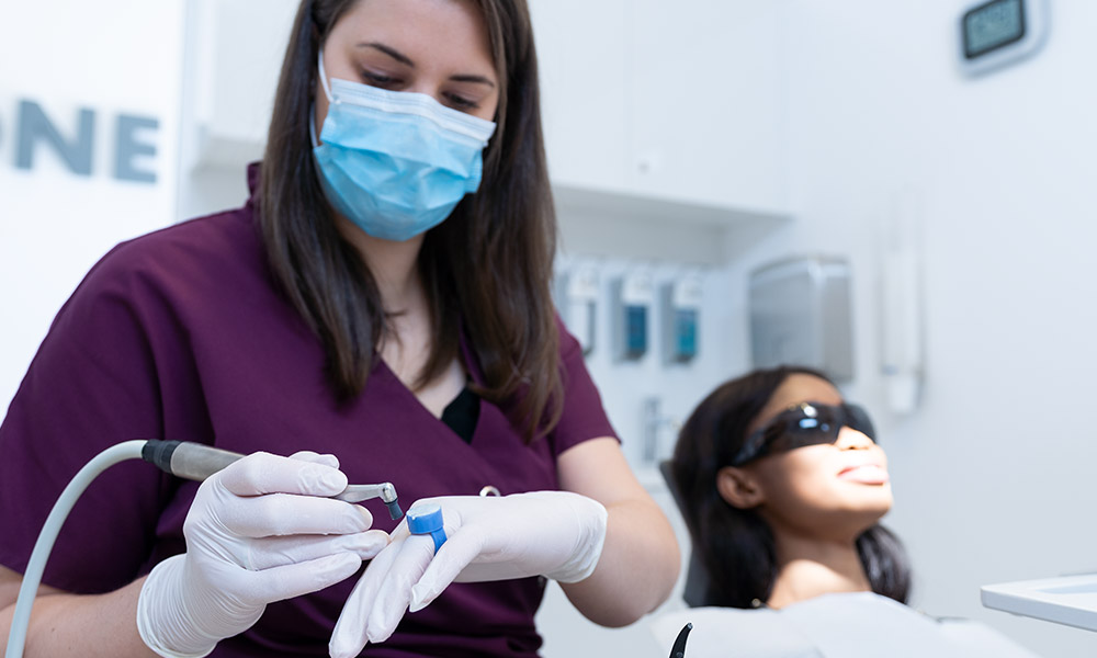 Mitarbeiterin bei Bleaching in der Zahnarztpraxis Dr. Wiesner in Innsbruck.