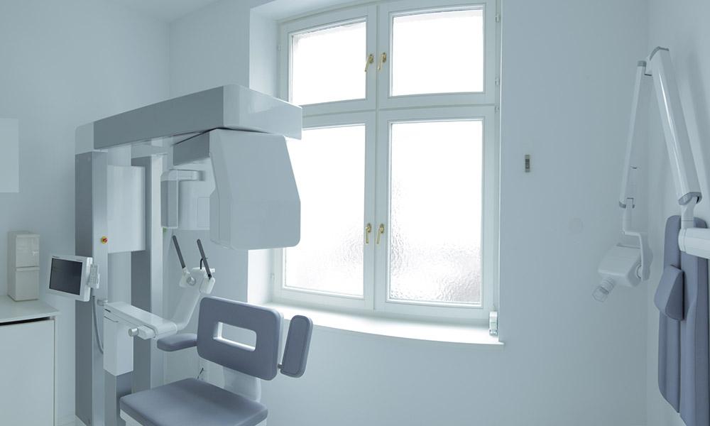 Behandlungszimmer in der Praxis von Dr. Wiesner in Innsbruck.