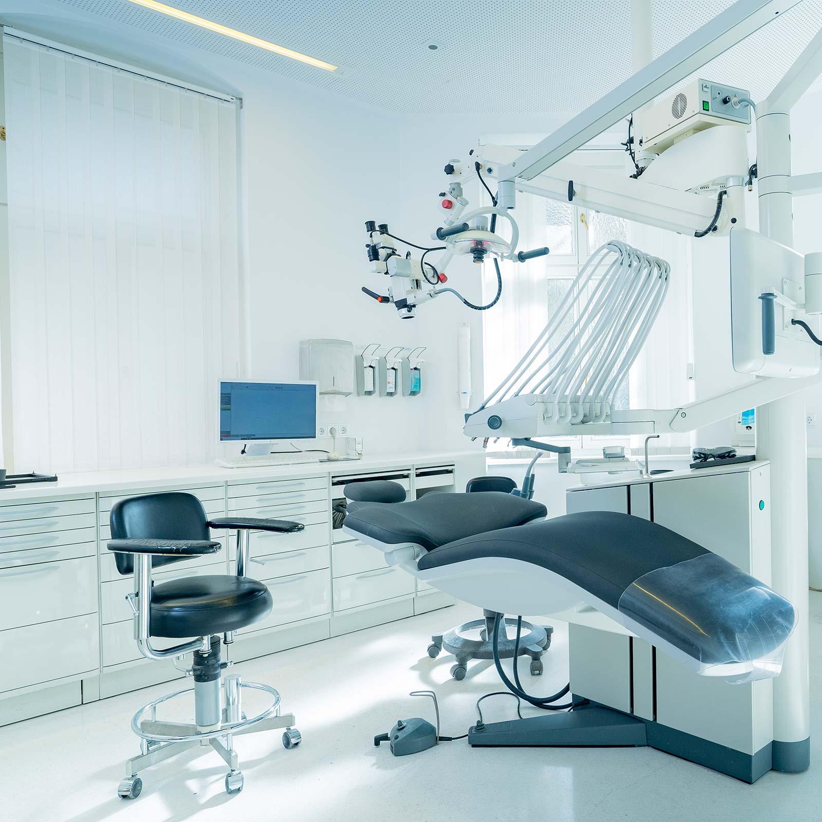 Behandlungszimmer in Innsbruck vorbereitet – hier sehen Sie weitere Bilder unserer Praxis.