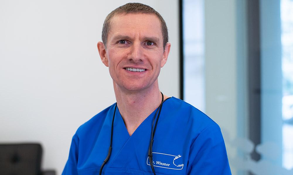 Dr. Dr. Günter Wiesner ist Zahnarzt in Innsbruck und freut sich auf Ihren Besuch.