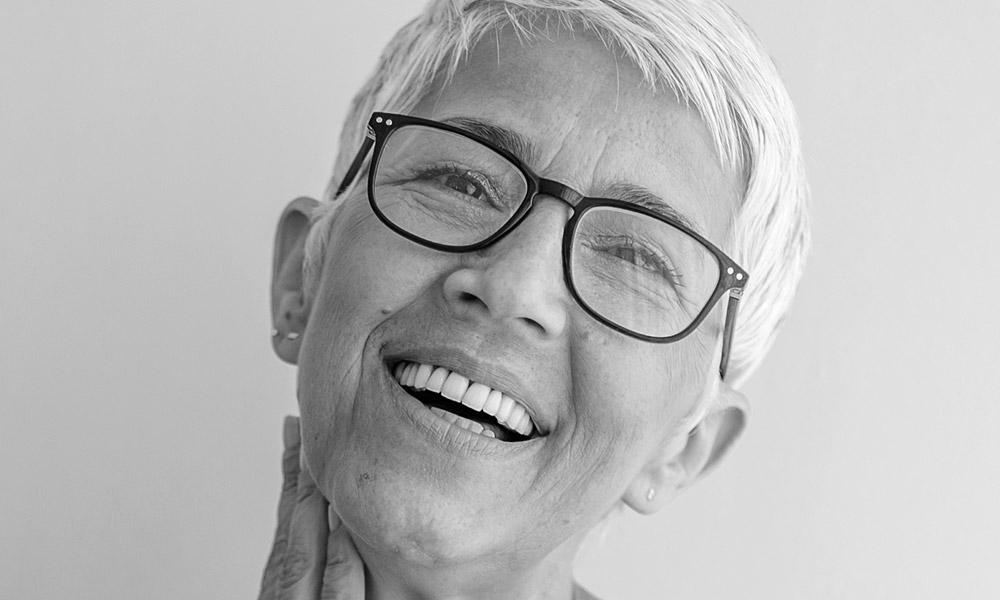 Dank Zahnersatz aus Innsbruck fühlt sich diese Frau sicher und frei.